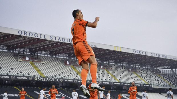 Juventus' Cristiano Ronaldo celebrates after scoring his side's fourth goal, during the Serie A soccer match between Spezia and Juventus, at the Dino Manuzzi Stadium in Cesena, Italy, Sunday, Nov. 1, 2020. (Massimo Paolone/LaPresse via AP)