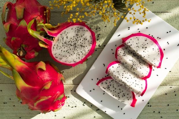 buah naga ini mengandung antioksidan yang memiliki fungsi untuk melawan radikal bebas.