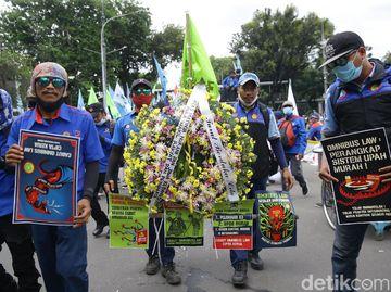 Potret Buruh Beraksi Lagi Tolak Omnibus Law