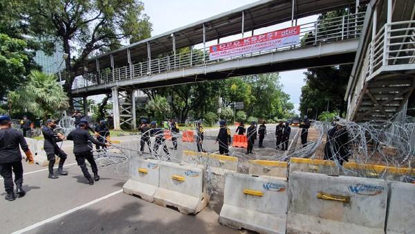 Jalan Medan Merdeka Barat ditutup menggunakan kawat berduri jelang demo buruh, Senin (2/11/2020). Polisi berjaga di sekitar Patung Kuda, Jakpus.