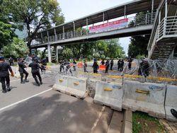 Buruh Demo Siang Ini, Jalan Medan Merdeka Barat Ditutup Kawat Berduri