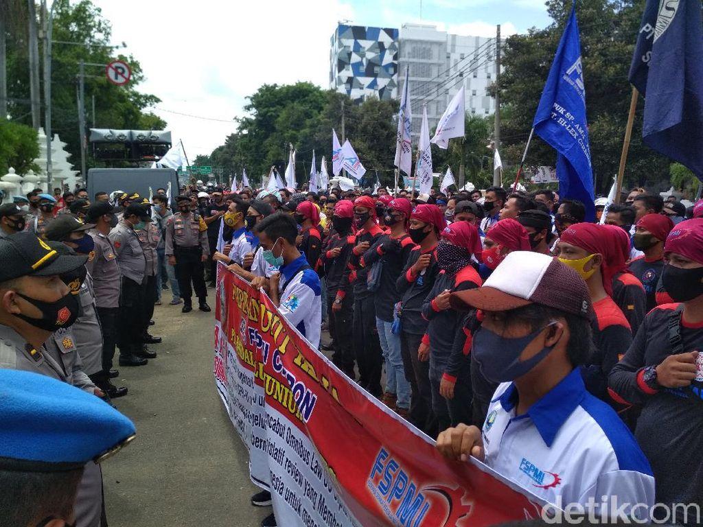 Tuntut Kenaikan UMK 2021, Buruh Cirebon Demo di Kantor Walkot-DPRD