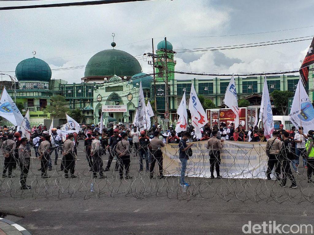 500 Buruh Mengadu ke DPRD Jatim soal UMP dan Omnibus Law