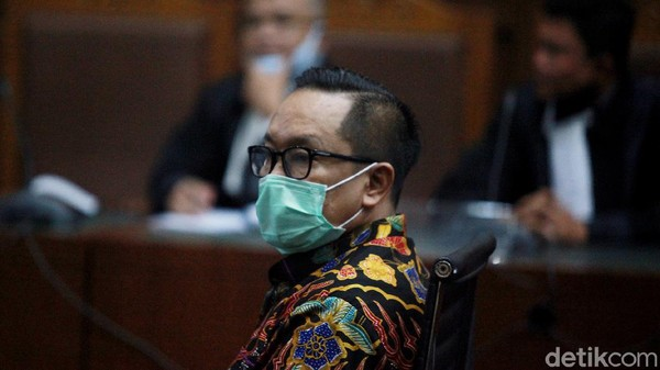 Brigjen Prasetijo Utomo jalani sidang dakwaan perkara suap dari Djoko Tjandra. Dalam sidang itu, Prasetijo didakwa terima suap Rp 2,1 miliar dari Djoko Tjandra.