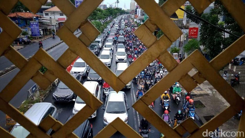 Hari Pertama Masuk Kerja Usai Libur Panjang, Margonda Depok Macet