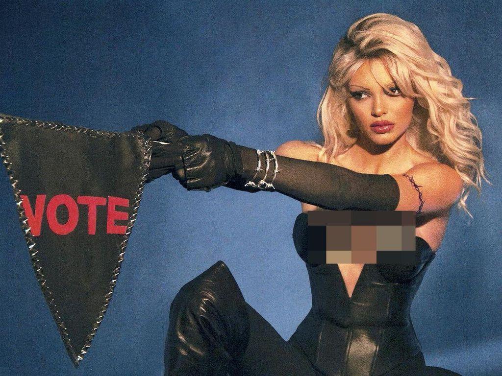 8 Potret Seksi Kendall Jenner Jadi Pamela Anderson di Pesta Halloween