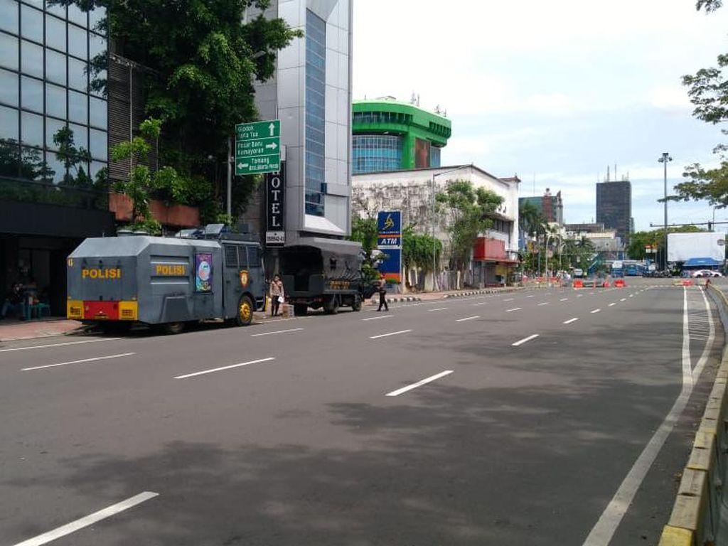 Jelang Demo Buruh, 2 Water Cannon-1 Barracuda Siaga di Jl Majapahit Jakpus