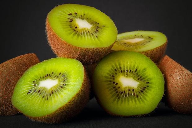 Kandungan asam askorbat di dalam buah kiwi juga membantu untuk meningkatkan kesehatan kulit.
