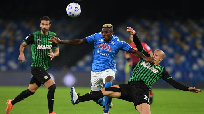 NAPLES, ITALY - NOVEMBER 01: Victor Osimhen of SSC Napoli vies with Vlad Chiriches of US Sassuolo during the Serie A match between SSC Napoli and US Sassuolo at Stadio San Paolo on November 01, 2020 in Naples, Italy. (Photo by Francesco Pecoraro/Getty Images)
