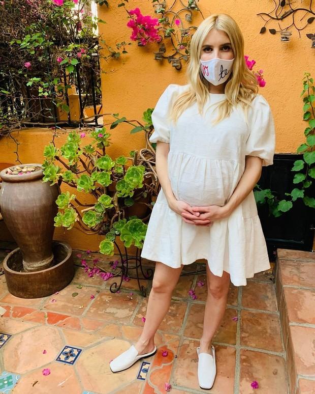Little white dress juga menjadi pakaian yang wajib ada dalam lemari ibu hamil, salah satunya adalah Emma!