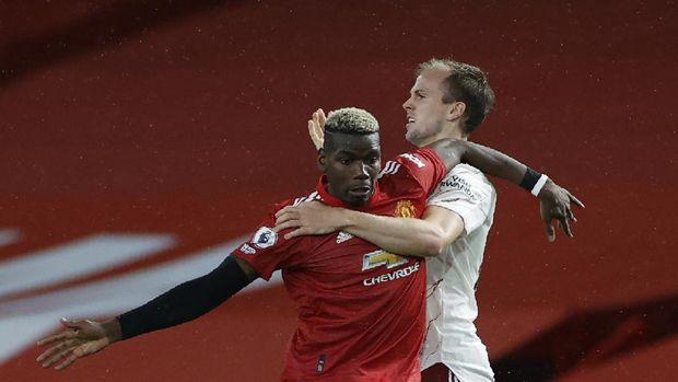 Paul Pogba del Manchester United pelea con Rob Holding del Arsenal durante el partido de fútbol de la Premier League inglesa entre Manchester United y Arsenal en el Old Trafford Stadium en Manchester, Inglaterra, el domingo 1 de noviembre de 2020.  (Por Phil Noble / Pool AP)