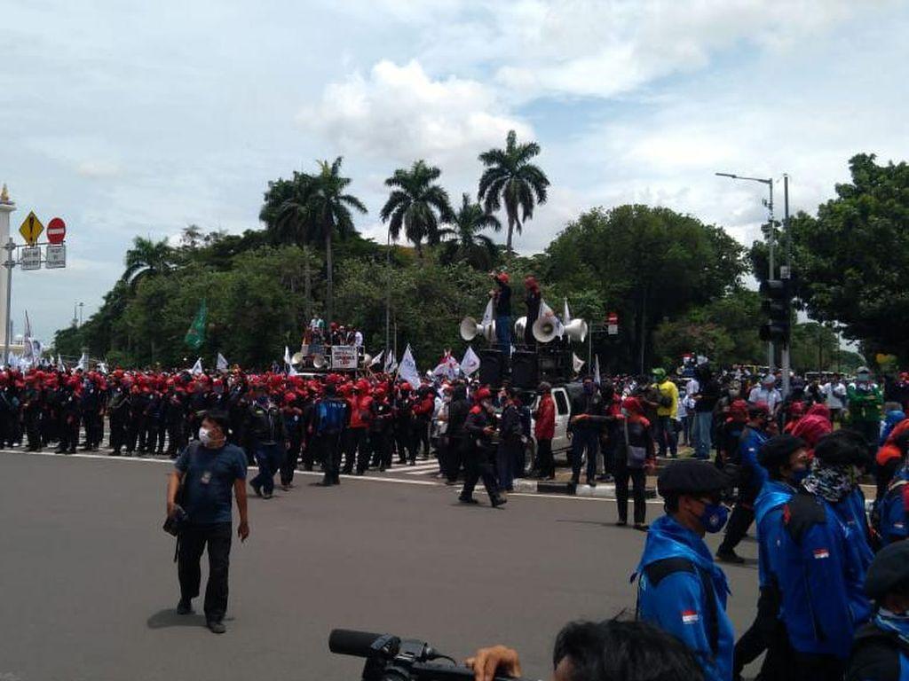 Massa Buruh Putari Bundaran Patung Kuda, Jl Medan Merdeka Selatan Ditutup