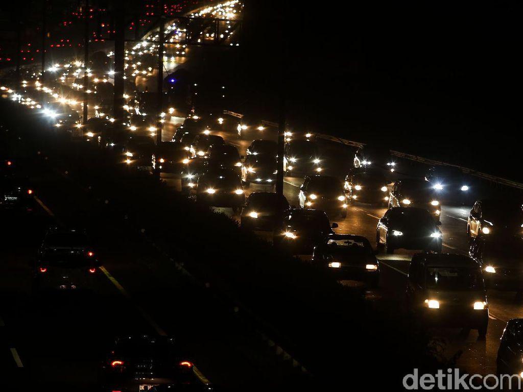 Jelang Larangan Mudik, Tol Jakarta Arah Cikampek Padat di Sejumlah Titik