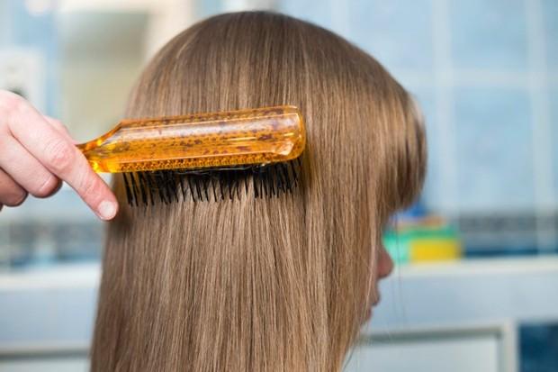 Sisir bergigi halus adalah cara paling dasar yang harus kamu lakukan untuk menghilangkan kutu rambut.
