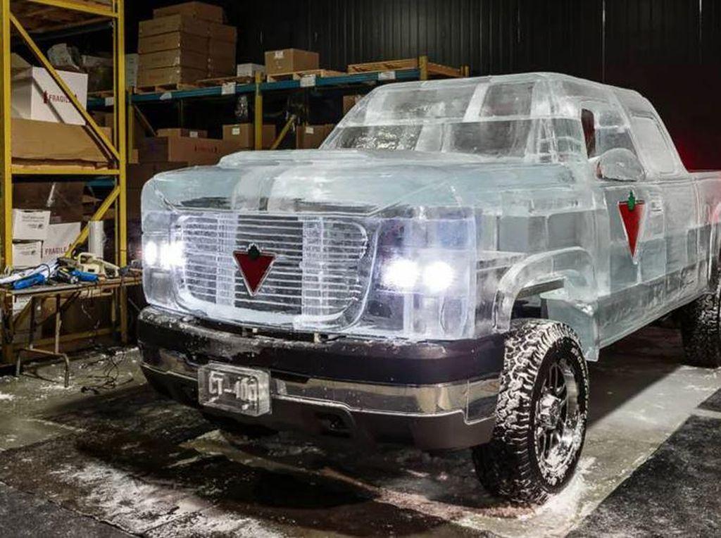 Satu-satunya di Dunia Mobil Dibuat dari Es dan Bisa Jalan