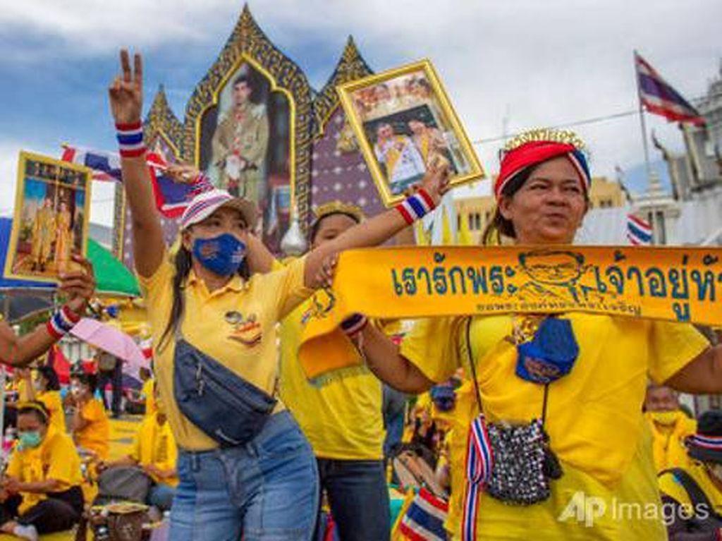 Raja dan Ratu Thailand Temui Para Pendukungnya di Jalanan Bangkok