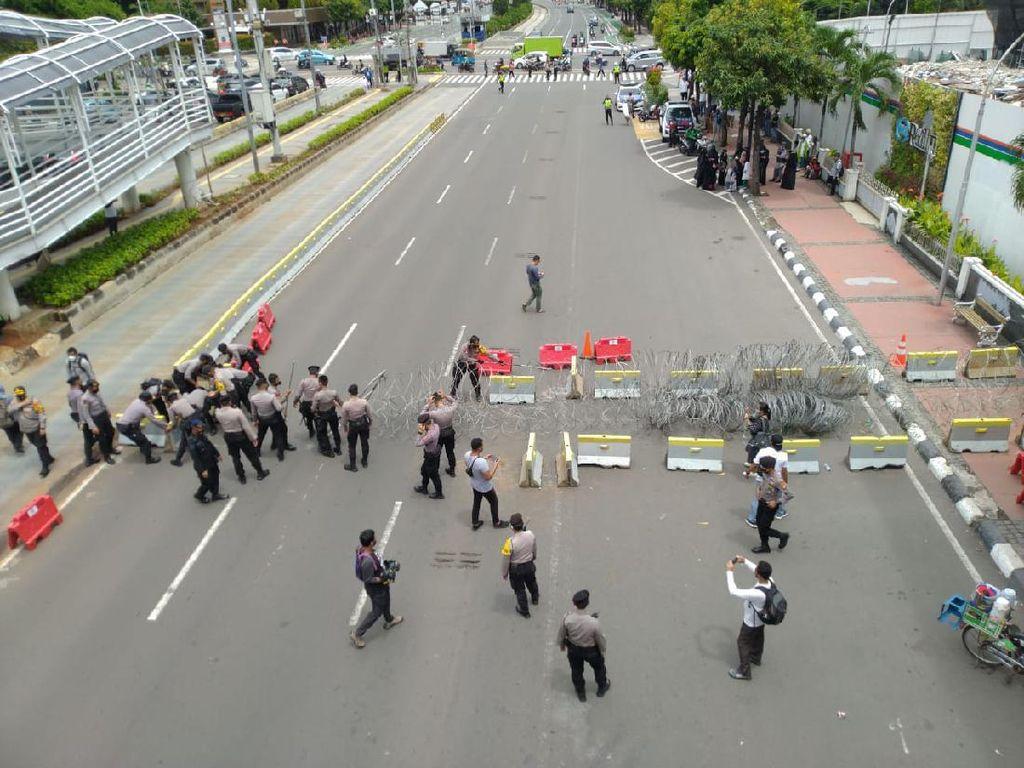 Jelang Demo di Kedubes Prancis, Lalin di Jl Thamrin Ditutup Kawat Berduri