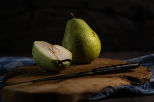 Berkat kandungan serat yang tinggi, buah pir ternyata memiliki peran yang besar untuk menjaga kesehatan kulit agar tetap lembut dan halus.