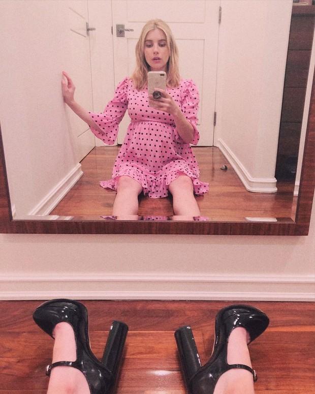 Selama kehamilannya, sepertinya bintang Scream Queens itu menyukai baby doll dress.