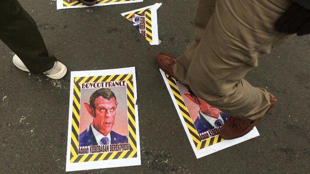 Sejumlah massa aksi mengekspresikan kemarahan mereka terhadap simbol-simbol Prancis. Mulai dari injak karikatur Macron dan tas bermerek LV, hingga tak meminum Aqua yang merupakan air minum kemasan asal Kota Mode itu.