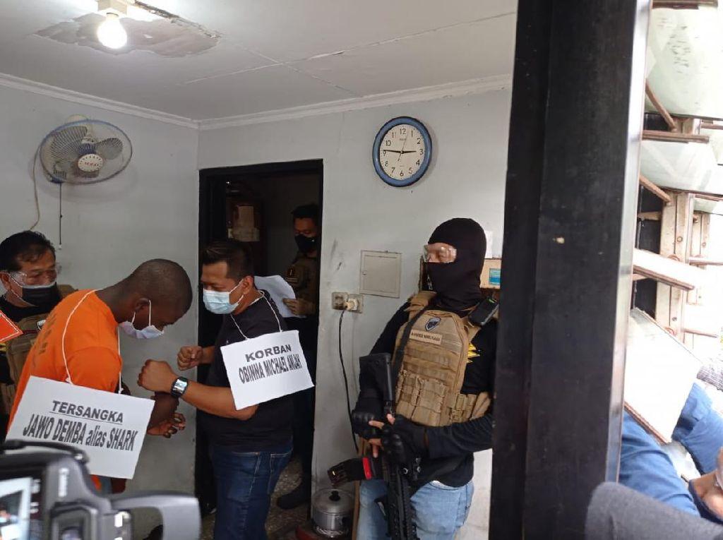 Rekonstruksi, Pembunuh WN Ghana di Jakbar Peragakan 24 Adegan