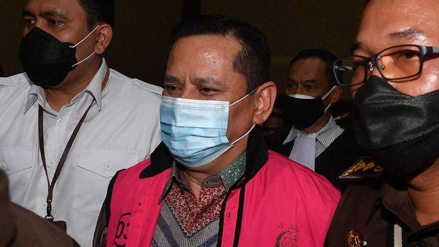 Tersangka kasus dugaan suap penghapusan red notice Djoko Tjandra, Irjen Pol Napoleon Bonaparte (tengah) tiba untuk menjalani sidang dakwaan di Pengadilan Tipikor, Jakarta, Senin (2/11/2020). ANTARA FOTO/Sigid Kurniawan/WSJ.