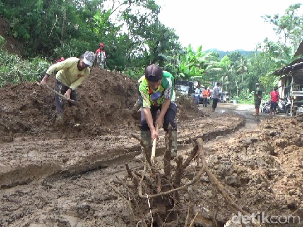 Tebing 10 Meter Longsor, Jalur Lumajang-Malang Dilakukan Sistem Buka Tutup