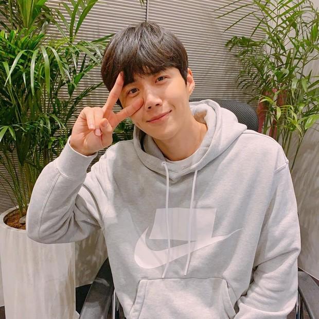 Sebelum melakukan debutnya sebagai aktor drama, rupanya Kim Seon Ho seorang aktor teater.