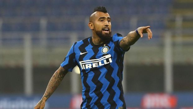 MILAN, ITALY - OCTOBER 31:  Arturo Vidal of FC Internazionale gestures during the Serie A match between FC Internazionale and Parma Calcio at Stadio Giuseppe Meazza on October 31, 2020 in Milan, Italy.  (Photo by Marco Luzzani/Getty Images)