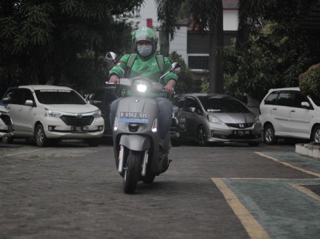 Abang Grab Pakai Motor Listrik, Baterai Habis Tinggal Tukar Baru