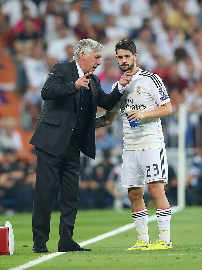 MADRID, SPAIN - MAY 13:  Carlo Ancelotti the coach of Real Madrid CF talks with Isco during the UEFA Champions League Semi Final second leg match between Real Madrid CF and Juventus at Estadio Santiago Bernabeu on May 13, 2015 in Madrid, Spain.  (Photo by Alex Livesey/Getty Images)