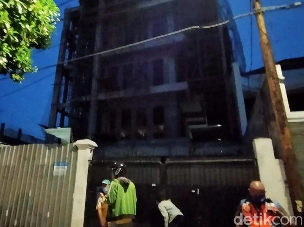 Polisi Periksa 3 Saksi Insiden Lift Proyek Showroom Anjlok di Surabaya