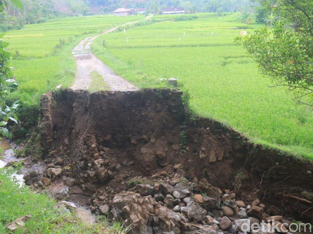 Jembatan di Ponorogo Hanyut Terbawa Air Dampak Hujan Deras