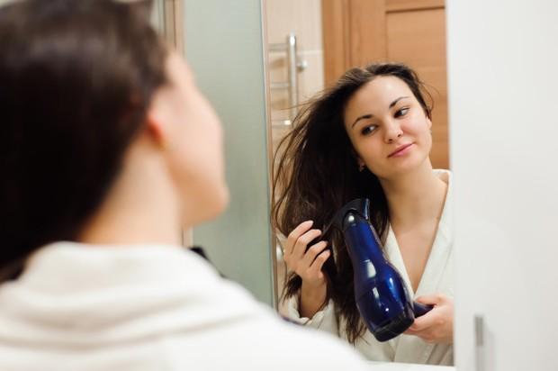 Hairdryer dan catokan adalah dua alat penata rambut yang sering digunakan oleh kaum wanita. Padahal, terlalu sering menggunakan hairdryer dan catokan juga bisa berpengaruh terhadap kesehatan rambut.