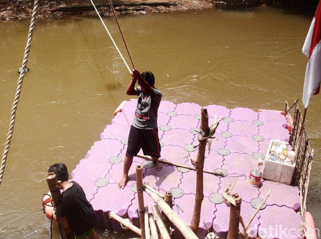 Potret Nahkoda Perahu Eretan Cilik di Sungai Ciliwung