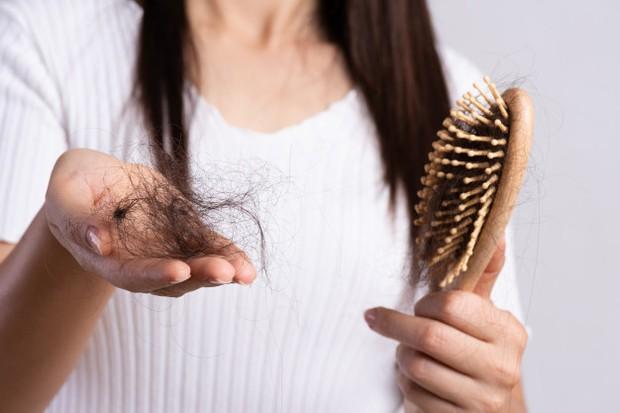 Salah satu tanda bahwa sampo yang kamu gunakan enggak cocok denganmu adalah rambut berubah jadi kecoklatan.