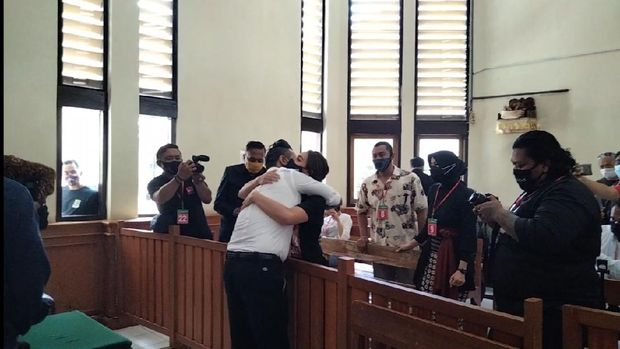 Suasana saat Jerinx SID tiba di ruang sidang PN Denpasar.