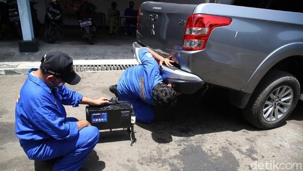 Petugas melakukan uji emisi kendaraan di Kantor Dinas Lingkungan Hidup DKI Jakarta kawasan Kramat Jati, Jakarta, Selasa (3/11/2020). Uji emisi yang diberlakukan secara gratis itu akan rutin digelar setiap Selasa dan Kamis.