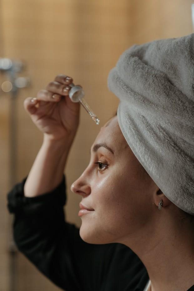 Kandungan AHA yang ada di dalam skincare memiliki manfaat mengeksfoliasi lapisan atas kulit untuk meminimalkan kusam