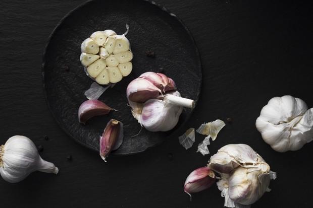 bawang putih dicampur dengan sabun cukup efektif membasmi hama/freepik.com