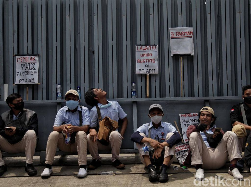 Buruh Sebut Pandemi Cuma Alasan Pengusaha buat PHK Massal