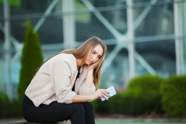 Komunikasi memang sangat penting dalam sebuah hubungan. Tapi bukan berarti kamu ataupun dia harus memberimu kabar setiap saat.