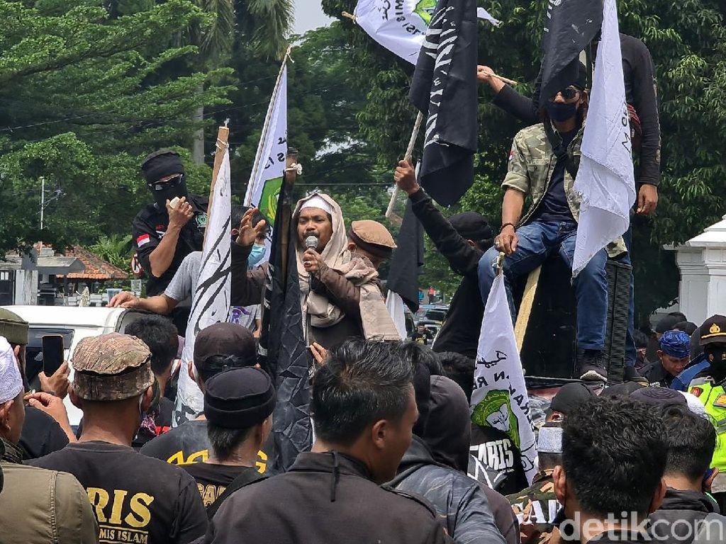 Demonstran di Sukabumi Kecam Macron dan Serukan Boikot Produk Prancis