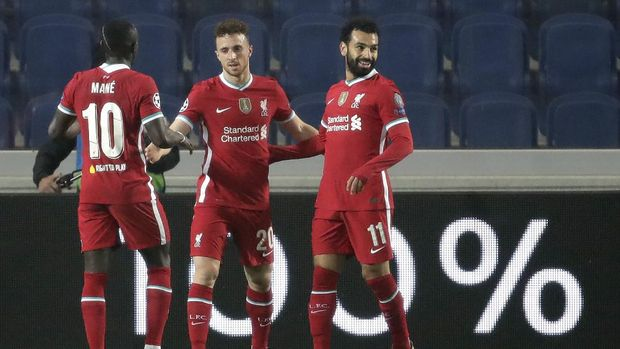 Liverpool's Diogo Jota, center, celebrates with his teammate Mohamed Salah, right, and Sadio Mane his goal against Atalanta during the Champions League, group D soccer match between Atalanta and Liverpool, at the Gewiss Stadium in Bergamo, Italy, Tuesday, Nov. 3, 2020. (AP Photo/Luca Bruno)