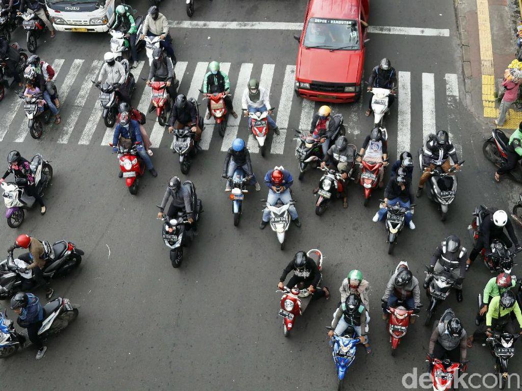 Kasihan! Hak Pejalan Kaki Dirampas Pemotor