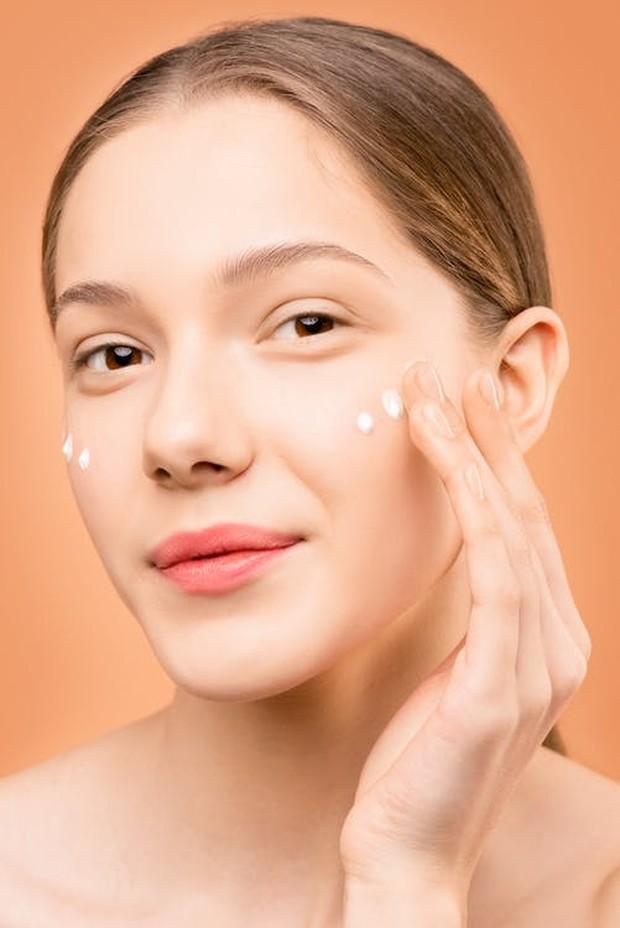 Niacinamide merupakan salah satu bentuk vitamin B3 yang mudah diserap oleh kulit sehingga bekerja dengan sangat baik saat dioleskan pada perawatan