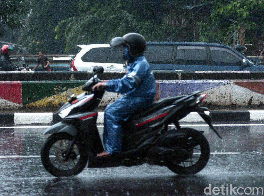 4 Langkah Merawat Jas Hujan yang Benar, Jangan Taruh di Bawah Jok Motor