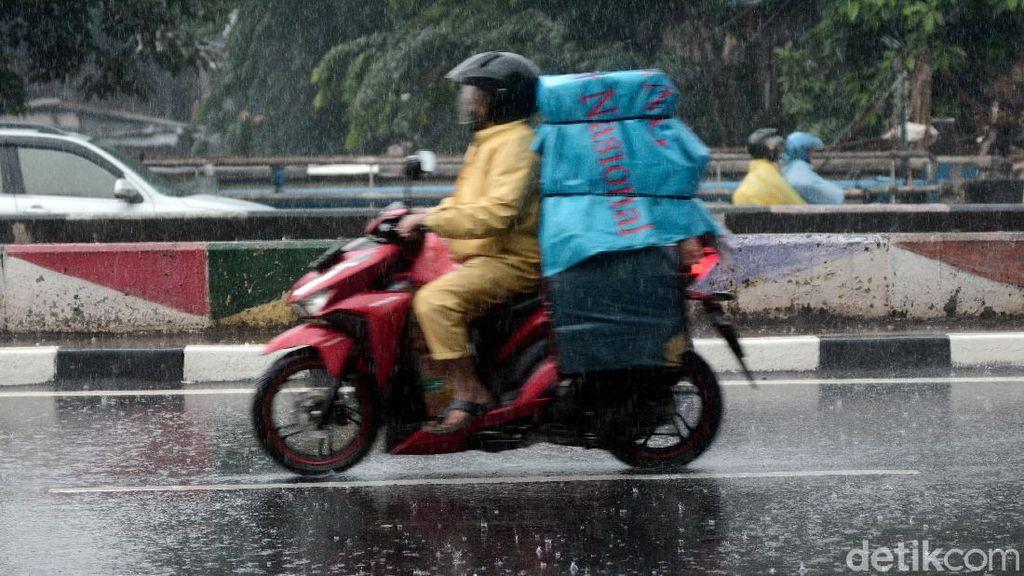 Potret Hujan Mengguyur Kawasan Jakarta