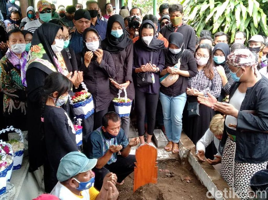 Suasana Duka Pemakaman Ki Seno, Wayang Bima dan Bagong Turut Dikuburkan