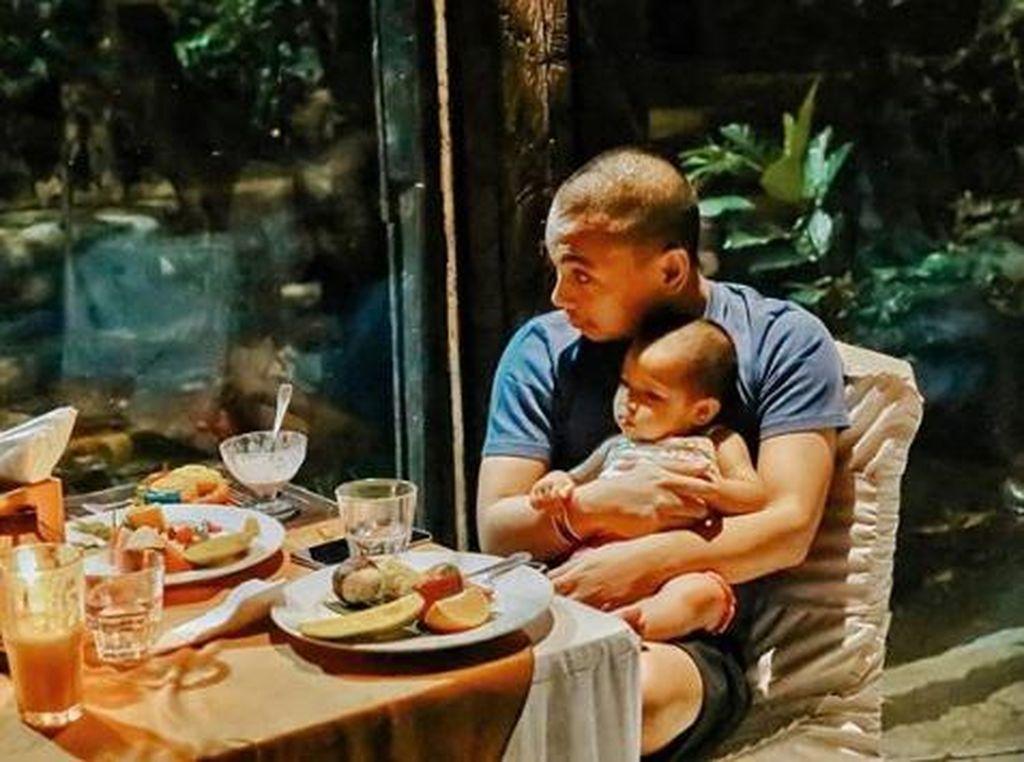 Bahagianya Raditya Dika Saat Makan Bareng Istri dan Keluarga